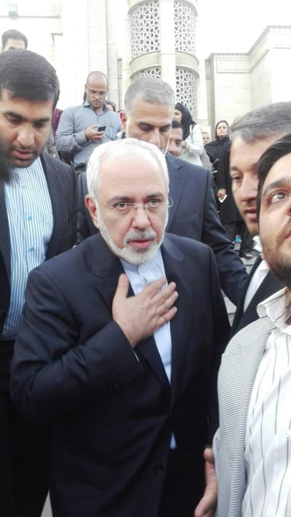 محمد جواد ظریف وزیر امور خارجه پس از حضور در مراسم ختم مرحوم ابراهیم یزدی / عکس: پویش اصلاحات