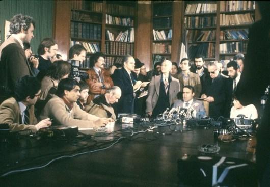 کنفرانس خبری صادق قطبزاده در پاریس ۱۶ فوریه ۱۹۸۰، وقتی هنوز وزیر امور خارجه و شخصیتی کلیدی در نظام پس از انقلاب بود
