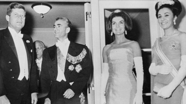 بنا بر اسناد آمریکا، شاه در حالت افسردی روحی و پس از آن که به کناره گیری از فرماندهی ارتش و سلطنت تهدید کرده بود، به واشنگتن سفر کرد